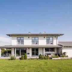 Moderne Stadtvilla mit mediterranem Flair:  Einfamilienhaus von wir leben haus - Bauunternehmen in Bayern