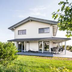 Moderne Stadtvilla mit mediterranem Flair:  Villa von wir leben haus - Bauunternehmen in Bayern