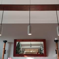 Stilvolle Beleuchtung mit Betonlampen:  Esszimmer von Smart Concrete,