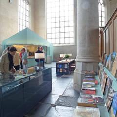 Ontvangstgebied Grote Kerk Monnickendam:  Exhibitieruimten door Bergblick interieurarchitectuur