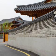 Centros de exhibiciones de estilo  por 여유당건축사사무소