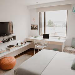 Cuarto Piña: Habitaciones de estilo  por Redesign Studio,