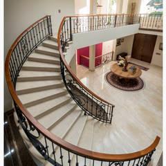 Escaleras de estilo  por Excelencia en Diseño, Colonial Mármol