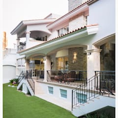 fachada trasera: Casas ecológicas de estilo  por Excelencia en Diseño