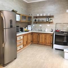 Kitchen by Pedro Aguiar Arquitetura + Obra