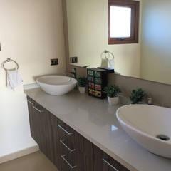 Baño doble vanitorio: Baños de estilo  por Rocamadera Spa