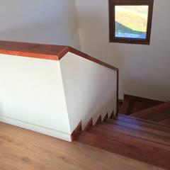 Escalera en Madera Nativa de Roble: Escaleras de estilo  por Rocamadera Spa
