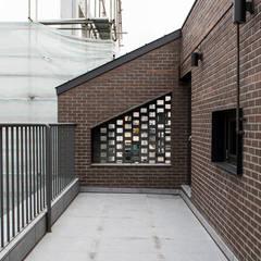 커빙스케이프_구리시 갈매동 562-4 상가주택: AAG architecten의  베란다,모던 벽돌