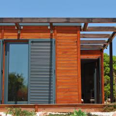 od Discovercasa | Casas de Madeira & Modulares Nowoczesny Lite drewno Wielokolorowy