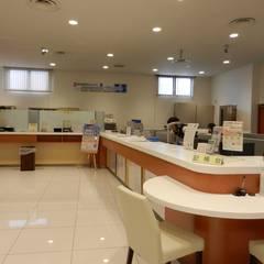 お客様ロビー: 株式会社アトリエKCが手掛けたオフィススペース&店です。