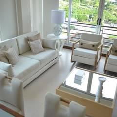 Sala petite: Salas de estilo  por Monica Saravia
