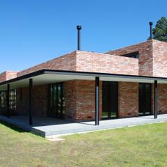 Casa Ajusco: Casas de campo de estilo  por AWA arquitectos, Moderno Ladrillos
