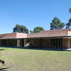 Casa Ajusco: Villas de estilo  por AWA arquitectos