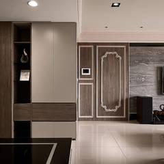 現代與古典 完美碰撞     38坪收納機能宅    芸匠室內設計 Artisan Design:  牆面 by 芸匠室內裝修設計有限公司