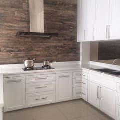 Evergreen Luxurious Living House, Medan City:  Dapur by Lighthouse Architect Indonesia