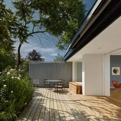 sonnige terrasse, teilüberdacht und schwellenlos:  Terrasse von schleicher.ragaller freie architekten bda