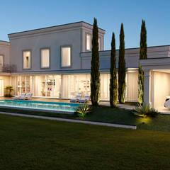 Fachada Lateral Casa Estilo Italiano: Casas  por Maria Luiza Aceituno arquitetos