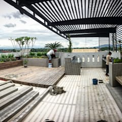 Roof Garden:  Taman by Lighthouse Architect Indonesia