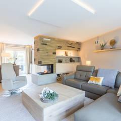 Totale make-over van woning in Volendam:  Woonkamer door Aangenaam Interieuradvies