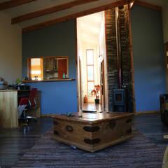 Diseño y Construcción de Casa Las Lomitas de Panguilemu en Coyhaique: Livings de estilo  por casa rural - Arquitectos en Coyhaique, Rural Madera Acabado en madera