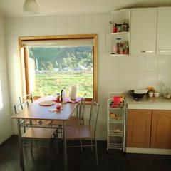 Diseño y Construcción de Casa Las Lomitas de Panguilemu en Coyhaique: Cocinas equipadas de estilo  por casa rural - Arquitectos en Coyhaique