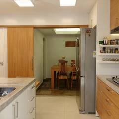 APARTAMENTO EM COPACABANA - RUA SANTA CLARA: Cozinhas  por Maria Helena Torres Arquitetura e Design