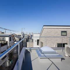 交差点に対して大きく開かれた角地の家: 有限会社角倉剛建築設計事務所が手掛けた屋根です。