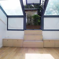 accès terrasse: Chambre de style de style Minimaliste par Lab123
