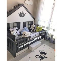 MOBİLYADA MODA  – Montessori Çocuk Odası Siyah Beyaz, Arel'in Odası: Arkası çatılı yer yatağımız ve Amsterdam dolabımız:  tarz Erkek çocuk yatak odası
