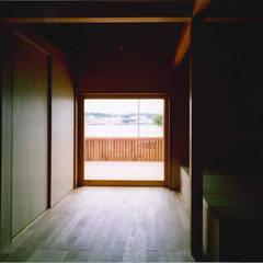 TAH | 三浦の家: 森孝行建築設計事務所が手掛けた木製サッシです。,モダン