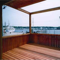 TAH   三浦の家: 森孝行建築設計事務所が手掛けたベランダです。