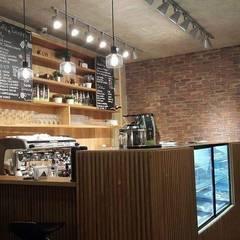 Cafeteria: Espaços gastronômicos  por ICONO Projetos e Interiores