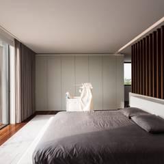 Marta House  - Architecture:  Risco Singular-Arquitectura Lda  Arqº. Paulo Costa e Arqª. Sónia Abreu: Quartos  por Risco Singular - Arquitectura Lda,Minimalista