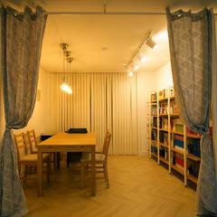 가족실: 라움플랜 건축사사무소의  서재 & 사무실