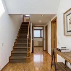 Home Staging de Alto Stading en Galicia: Escaleras de estilo  de CCVO Design and Staging
