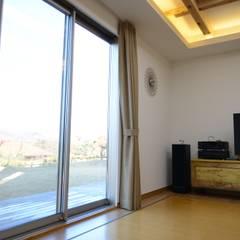 Living room by 우드선 목조건축