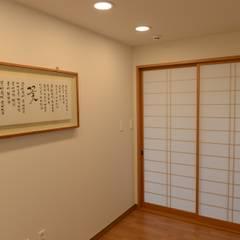 Salas multimedia de estilo  por 우드선 목조건축