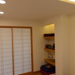 Salas multimedia de estilo  por 우드선 목조건축,