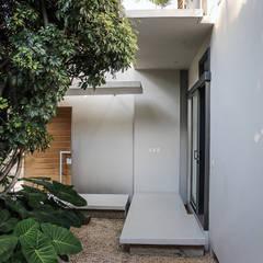 Casa Nirau: Puertas de estilo  de PAUL CREMOUX studio