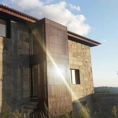 Habitação Unifamiliar Casa Cabórnegas por Em Paralelo Rústico