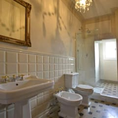 Il bagno della camera degli ospiti: Bagno in stile  di Marco Baldacci Architetto