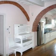 La cucina: Cucina attrezzata in stile  di Marco Baldacci Architetto