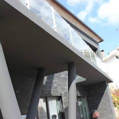 Casa Y: Garagens e arrecadações  por Vasco & Poças - Arquitetura e Engenharia, lda