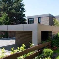 Wohnhaus aus Massivholz und (Sicht-) Beton in Weiterstadt:  Garage & Schuppen von Herrmann Massivholzhaus GmbH