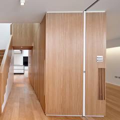Pembroke Gardens Close W8:  Corridor & hallway by Kuche Design