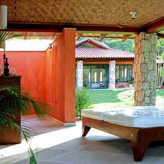 CASA ANGRA DOS REIS: Jardins de fachadas de casas  por Maria Claudia Faro