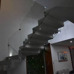 CASA RCP : Escaleras de estilo  por DEVELOP ARQUITECTOS