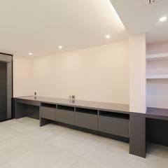호텔 부럽지않은 심플하고 럭셔리한 집, 48평 아파트 리모델링: 홍예디자인의  침실