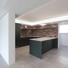 호텔 부럽지않은 심플하고 럭셔리한 집, 48평 아파트 리모델링: 홍예디자인의  주방