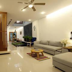 Thiết Kế Nhà Ống 2 Tầng 790 Triệu Gần Gũi Với Thiên Nhiên:  Phòng khách by Công ty TNHH Xây Dựng TM – DV Song Phát